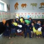 Kinder spielen mit Luftballons
