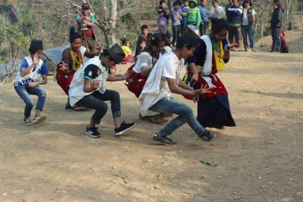 Jungen und Mädchen tanzen zusammen[1806]